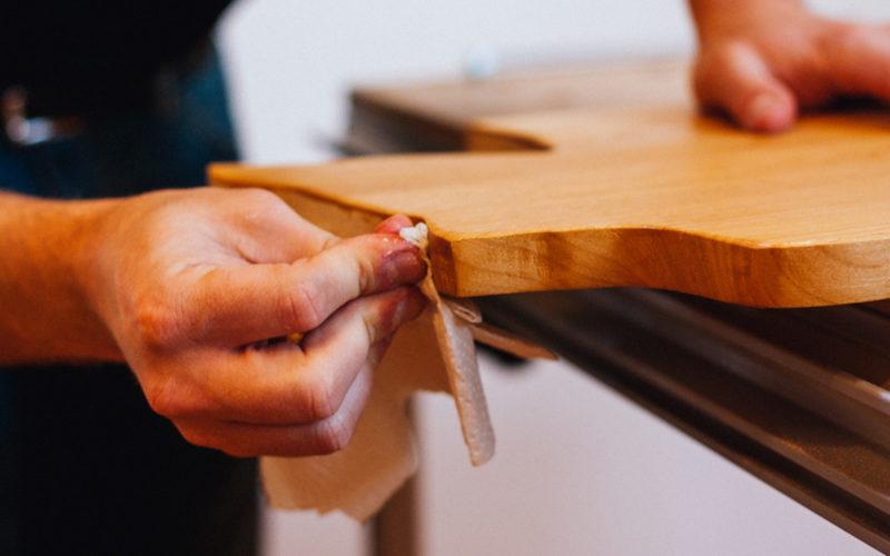 Предметы из дерева необходимо регулярно покрывать маслами или воском.